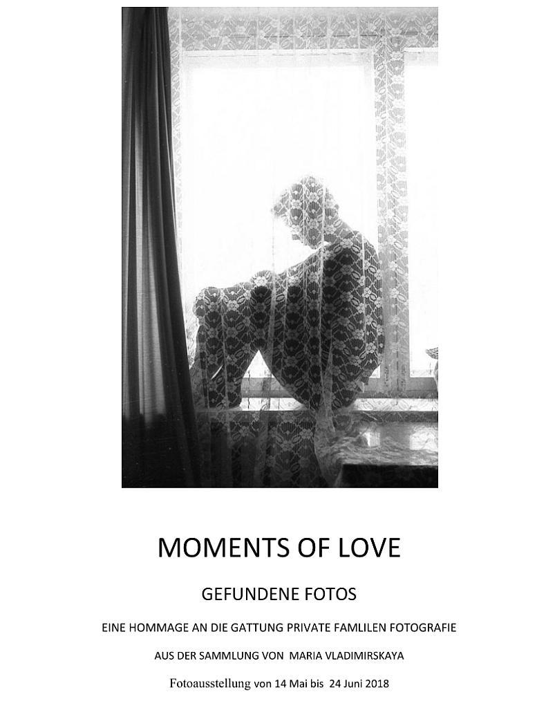 Ausstellungsplakat Moments oif Love - Hinter einem Vorhang sitzt eine Person. Schwarzweißbild