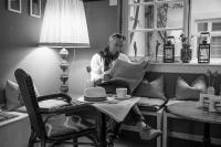 Foto von Simone Wörtge. Ein Mann liest Zeitung