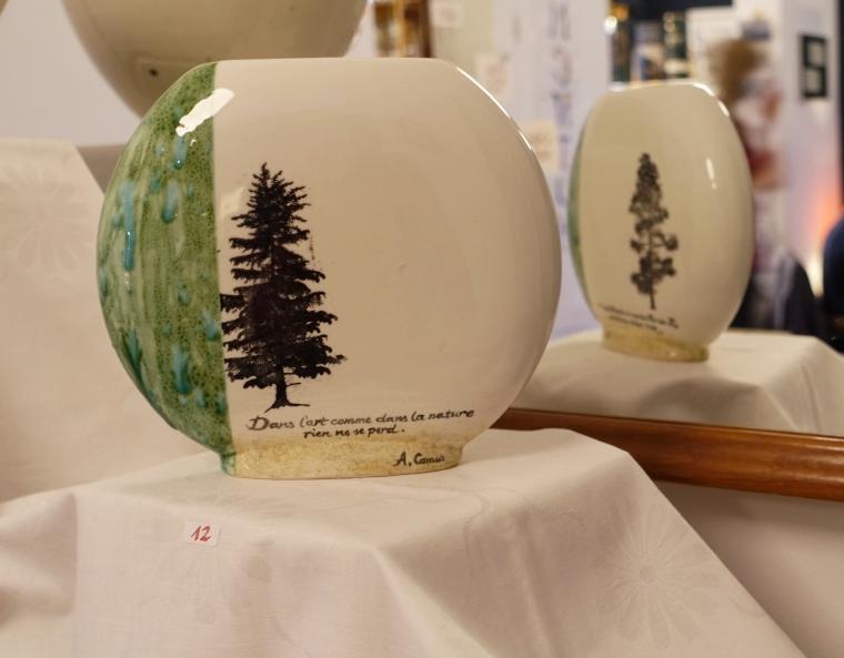 Ovale Vasen von Kornelia Roth. Eine Tanne ist darauf gezeichnet.