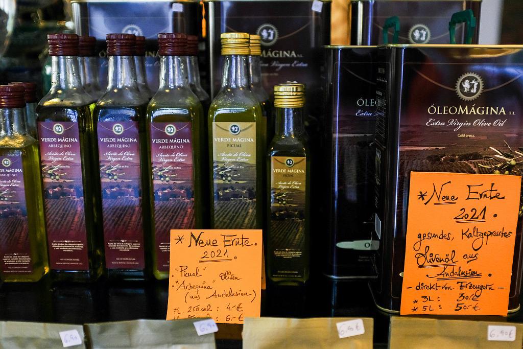 Flaschen des Ölivenöl 2021 in verschiedenen Sorten